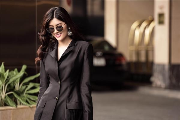 Chân dài Huỳnh Tiên gợi ý mặc đẹp với trang phục đơn sắc