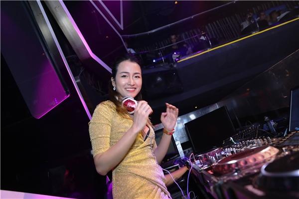 Với hình ảnh sang trọng, gợi cảm, cùng khả năng chơi nhạc rất chuyên nghiệp, Trang Moon rất được lòng các thương hiệu lớn, hiện nay cô đang được nhiều lời mời biểu diễn tại các club ở nước ngoài. Vừa rồi, cô đã có chuyến lưu diễn dài ngày tại London, Paris, Đức và Úc.