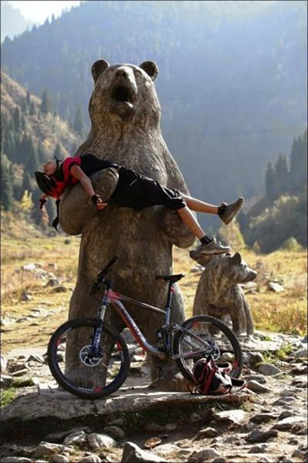 Má ơi gấu mẹ vĩ đại tấn công thành phố, mọi người mau chạy đi.