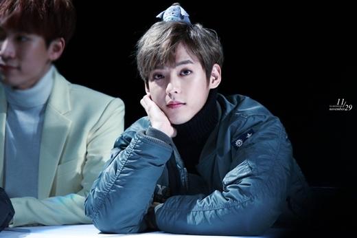 Minhyuk (BTOB) thì lại mang dáng vẻ vô cùng dễ thương như anh chàng nhà bên với áo cổ lọ.