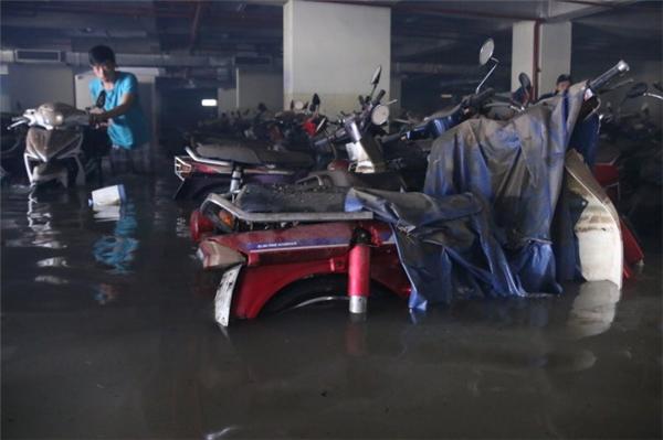 Hàng trăm chiếc xe vẫn bị ngập trong tầng hầm ký túc xá. (Ảnh: Tuổi trẻ)