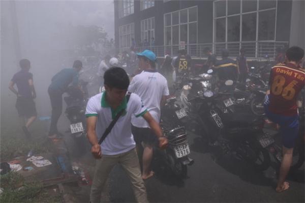 Một chiếc xe đang sửa bỗng bốc cháy, may mắn được các chiến sĩ PCCC ứng cứu khẩn cấp nên không có thiệt hại về người.(Ảnh: Tuổi trẻ)