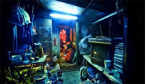 Những căn phòng chật hẹp, nhỏ xíu là nơi của hàng chục người dân nghèo Hồng Kông.