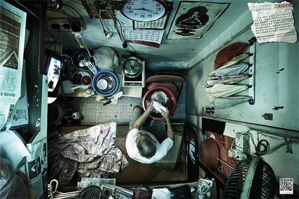 Cảnh tượng u tối, ngột ngạt trong khu nhà nghèo ở Hồng Kông