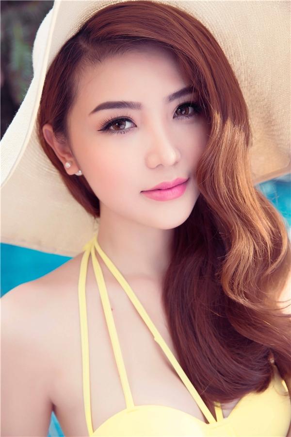 Lối trang điểm nhẹ nhàng, ngọt ngào giúp chân dài gốc Vũng Tàu tôn lên những đường nét thanh tú trên gương mặt.