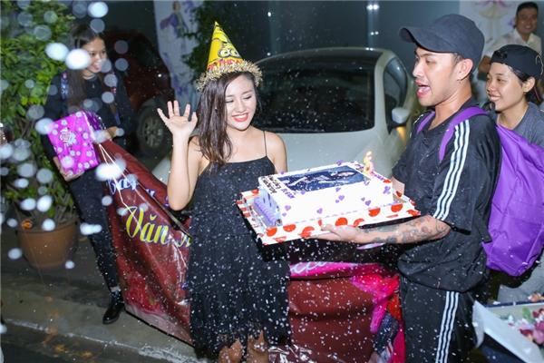 Văn Mai Hương bật khóc vì được fans tổ chức sinh nhật ở sau sân khấu - Tin sao Viet - Tin tuc sao Viet - Scandal sao Viet - Tin tuc cua Sao - Tin cua Sao