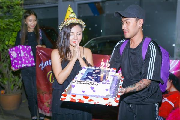 Các fans đã dành cho cô những lời chúc tốt đẹp và mang bánh cùng cô thổi nến sinh nhật. - Tin sao Viet - Tin tuc sao Viet - Scandal sao Viet - Tin tuc cua Sao - Tin cua Sao