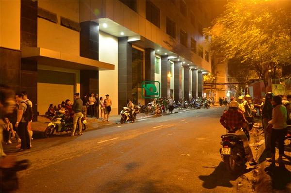 Rất đông người chờ đợi phía trước để lấy xe (Ảnh: Dân Trí)