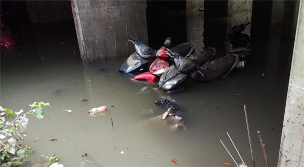 Đến sáng nay, bãi giữ xe ở số 5D Nguyễn Siêu vẫn bị ngập nước(Ảnh: Internet)