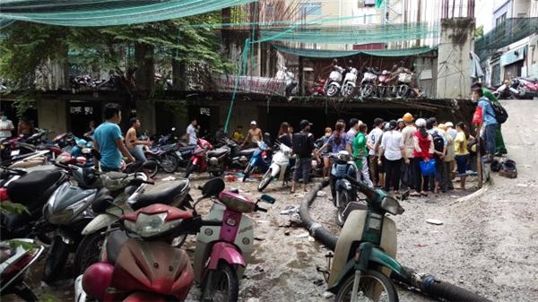 Bãi xe lổn ngổn xe chết máy khiến người dân rất bức xúc (Ảnh: Tuổi trẻ)