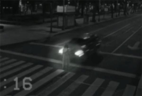Khi đi qua một đoạn đường, xe ô tô bất ngờ đâm xuyên qua một cái bóng mờ màu trắng trên đường.