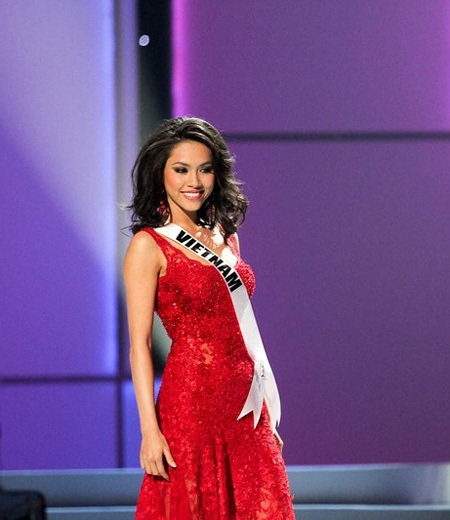 Người đẹp cũng là đại diện Việt Nam tham dự 2 đấu trường sắc đẹp lớn trên thế giới là Hoa hậu Hoàn vũ 2011 và Hoa hậu Thế giới 2012.  - Tin sao Viet - Tin tuc sao Viet - Scandal sao Viet - Tin tuc cua Sao - Tin cua Sao