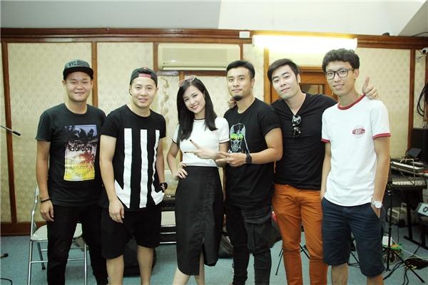 Đông Nhi chụp ảnh cùng ban nhạc Màu Nước - Tin sao Viet - Tin tuc sao Viet - Scandal sao Viet - Tin tuc cua Sao - Tin cua Sao