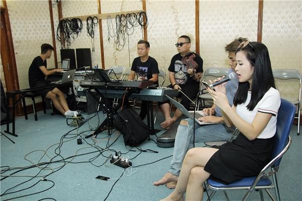 Với vai trò giám đốc âm nhạc của liveshow It's Showtime, nhạc sĩ Đỗ Hiếu cũng có mặt cùng Đông Nhi trong những ngày tập luyện cùng ban nhạc Màu Nước tại Hà Nội. - Tin sao Viet - Tin tuc sao Viet - Scandal sao Viet - Tin tuc cua Sao - Tin cua Sao