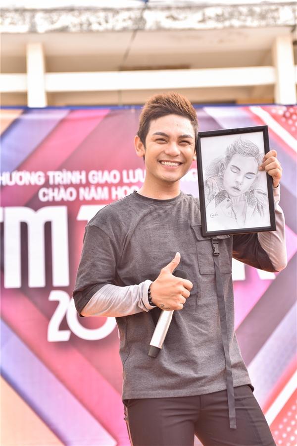 Nam ca sĩ Sơn Ngọc Minh còn nhận được bức tranh cho chính tay fan vẽ bằng bút chì ở trường THPT Nguyễn Hữu Cảnh (Đồng Nai).