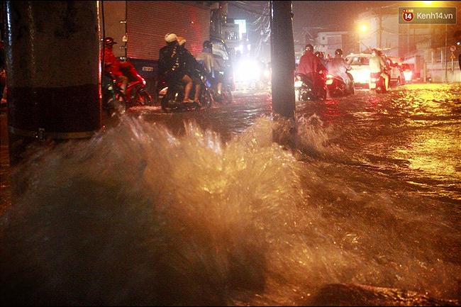 Nước chảy xiết khiến nhiều người rất lo sợ.