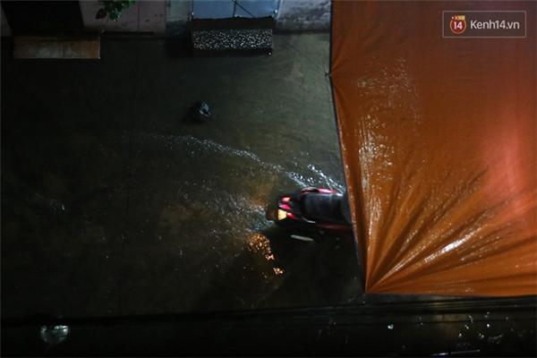Một con hẻm trên đường Phan Xích Long, quận Phú Nhuận đã ngập nước.