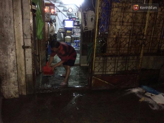 """Một hầm xe trên đường này phải lấp """"đê"""" chống ngập vì sợ nước lại tràn vào như trận mưa đêm qua."""