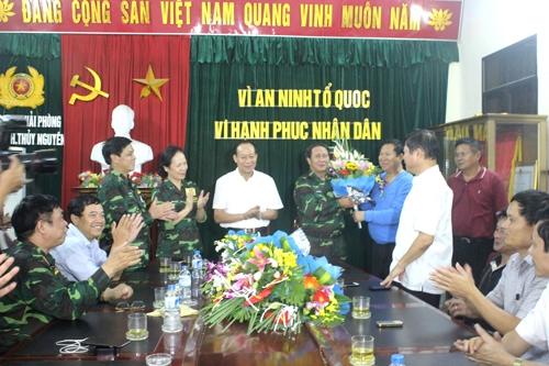Thứ trưởng Lê Quý Vương (áo trắng đứng giữa) cùng lãnh đạo TP Hải Phòng chúc mừng Ban chuyên án sau khi bắt được nghi phạm vụ thảm án.