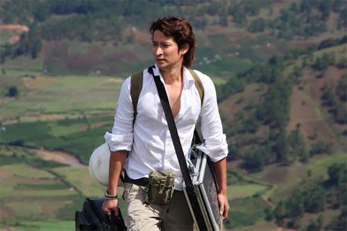 Vẻ ngoài điển trai khó cưỡng lại của Huy Khánh với mái tóc dài, xoăn tít từng làm nên thương hiệu.