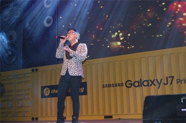 """Trung Quân Idol giữ vững phong độ với ca khúc """"Dấu mưa"""" tại lễ hội trải nghiệm sản phẩm công nghệ chất lừ từ Samsung Galaxy J7 Prime của Thế Giới Di Động. - Tin sao Viet - Tin tuc sao Viet - Scandal sao Viet - Tin tuc cua Sao - Tin cua Sao"""