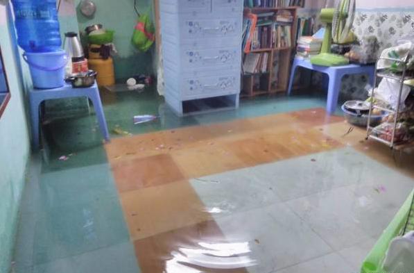 Căn phòng ngập trong nước tựa như bể bơi công cộng...