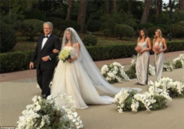 Cô dâu được cha đưa vào lễ đường.