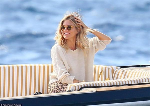 Nữ diễn viên Sienna Miller thư giãn tại khách sạn trước khi lễ cưới diễn ra.