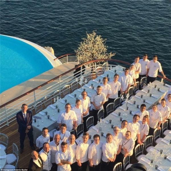 Các nhân viên khách sạn phục vụ lễ cưới triệu đô.