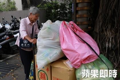 Nhặt ve chai 20 năm, bà lão dành dụm tiền mua xe buýt giúp người nghèo