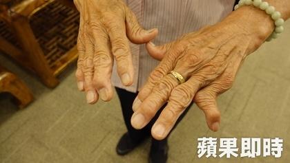 Dù làm việc đến đôi tay bị biến dạng, tuổi già sức yếu song bà cụ vẫn muốn tiếp tục công việc của mình.