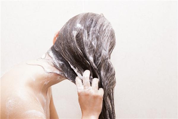 Gội đầu sau khi đã ủ tóc với hành tím và rượu trắng. (Ảnh: Internet)