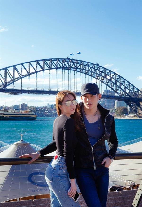 Hai chị em tranh thủ thời gian rảnh rỗi đi dạo phố và chụp ảnh lưu niệm trước nhà hát Opera Sydney. - Tin sao Viet - Tin tuc sao Viet - Scandal sao Viet - Tin tuc cua Sao - Tin cua Sao