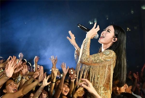 Nữ ca sĩ cháy hết mình trong vòng tay yêu thương của khán giả tại quê nhà.