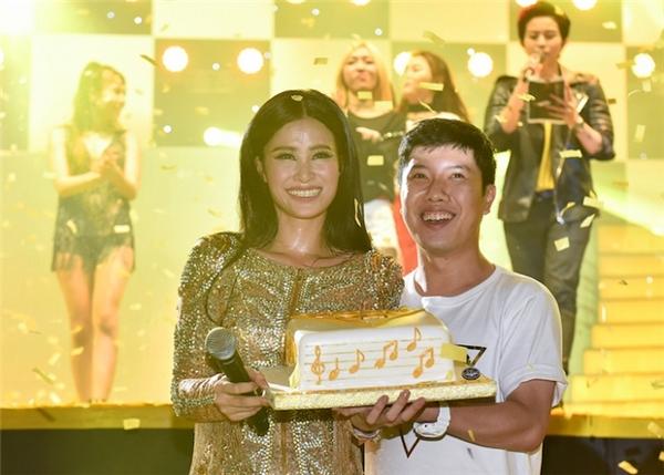 Khoảnh khắc xúc động nhất trong liveshow có lẽ là khi cô nhận được chiếc bánh kem đặc biệt do chính các fan Hà Nội chuẩn bị, gói ghém biết bao tình cảm mà các fan tại quê hương dành tặng cho mình.