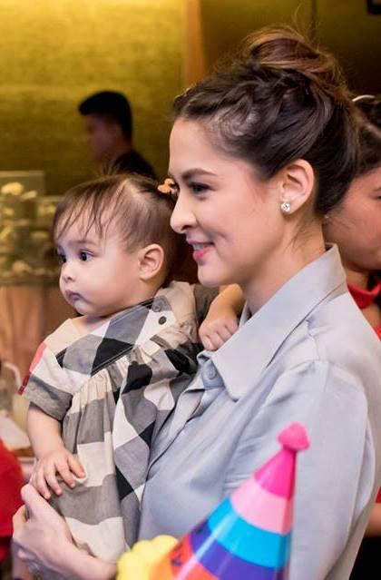 Mỹ nữ sexy nhất Philippines gây bão khi cho con bú nơi công cộng