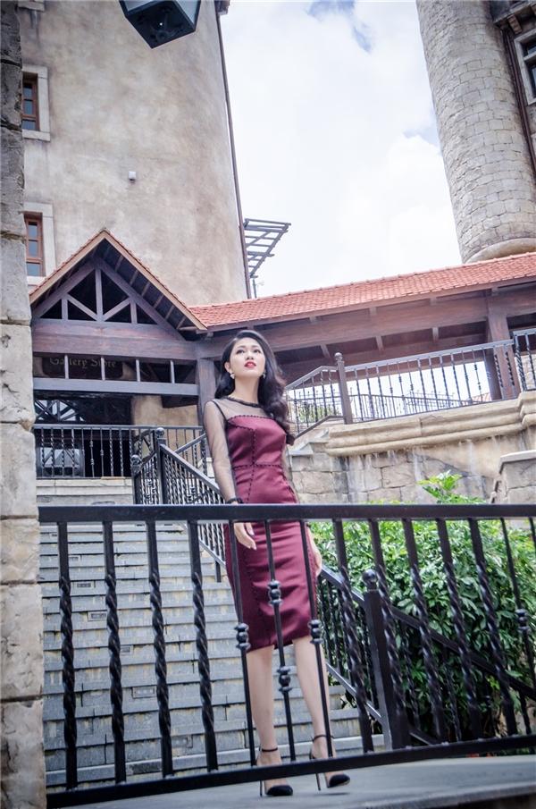 Thanh Tú diện bộ váy ôm sát khoe đường cong nhưng vẫn trông thanh lịch, tinh tế nhờ phom dáng cùng màu sắc trần mặc.