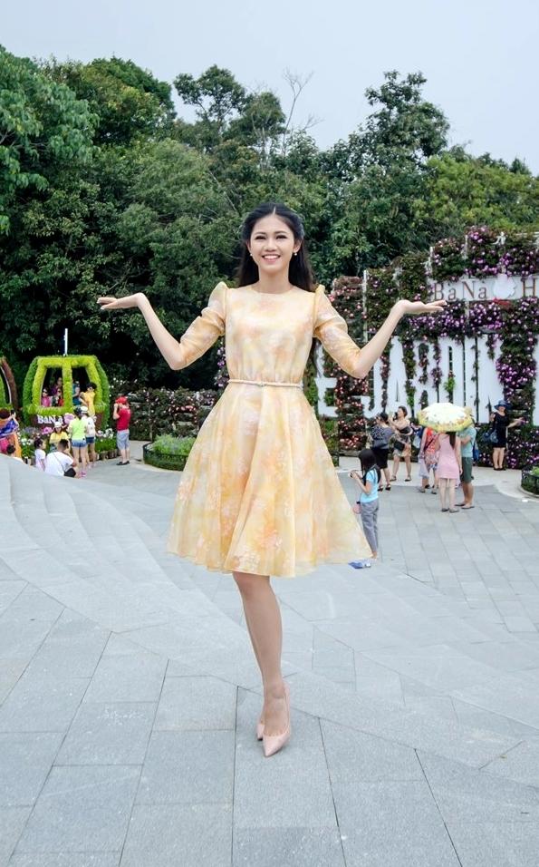 Á hậu 1 Hoa hậu Việt Nam 2016 trông điệu đà, duyên dáng với thiết kế váy xòe có tông màu nhẹ nhàng.
