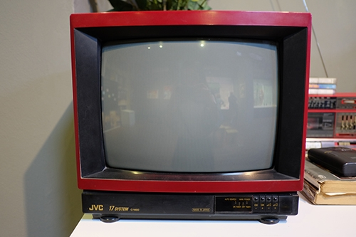 Chiếc TV vỏ đỏ hiệu JVC rất đắt đỏ. (Ảnh: internet)