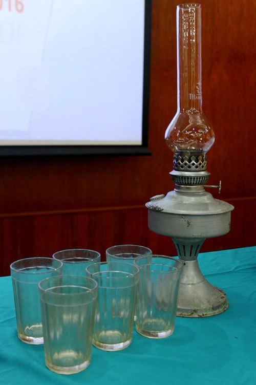 Bộ li thủy tinh kopeek7 cạnh và đèn dầu chuyên dụng. (Ảnh: internet)