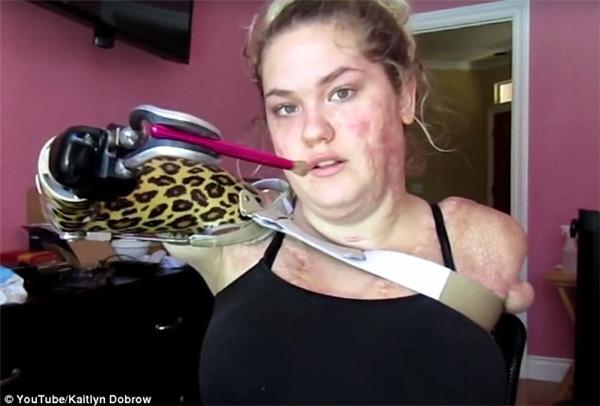 Ở phần đầu đoạn clip, Kaitlyn chỉ cho mọi người những bước cơ bản để kẻ mắt mèo và tô son đỏ. Trong suốt quá trình trang điểm, cô chỉ sử dụng tay giả bên phải.