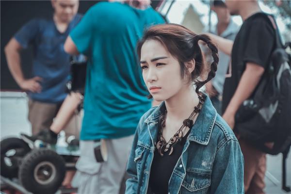Hòa Minzy rất chăm chỉ đến phim trường để học hỏi kinh nghiệm làm đạo diễn của đạo diễn Võ Ngọc. - Tin sao Viet - Tin tuc sao Viet - Scandal sao Viet - Tin tuc cua Sao - Tin cua Sao