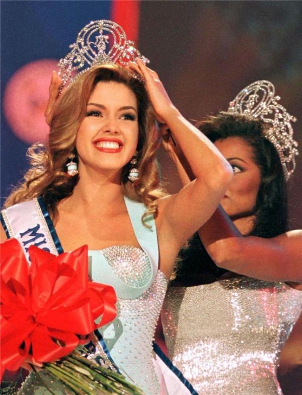 1 năm sau đó, cô xuất sắc đăng quang Miss Universe. Ảnh: Printerest.