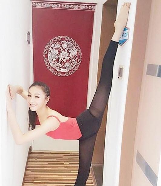 Trong khi nhiều người chật vật mãi mới làm được thì Yan Mi làm việc này rất dễ dàng