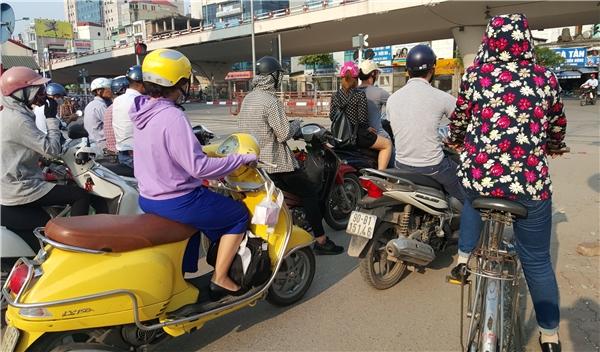 16htại ngã tư chân cầu vượt Giải Phóng - Trường Chinh, quần áo chống nóng được trang bị tối đa
