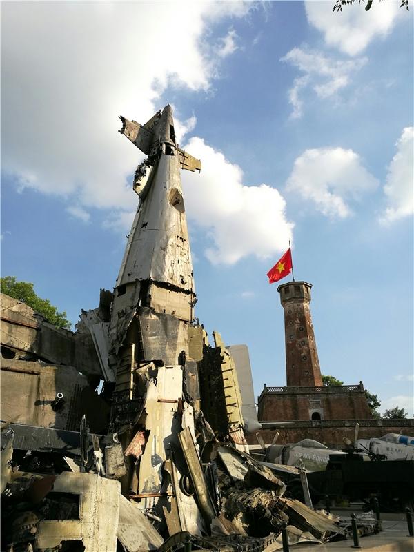 Bảo tàng Cột Cờ Hà Nội, trời nắng trong xanh vàoi bức kinh khủng