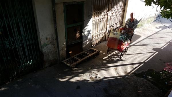 Những người bán hàng cũng tìm chỗ râm mát tránh nắng