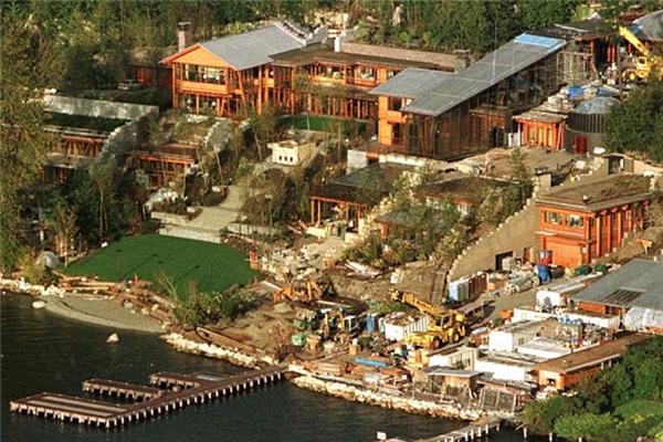 Nằm ngay kế bên Hồ Washington, tòa dinh thự của Bill Gates trang bị các bến tàu cho thuyền bè của gia đình ông cũng như của bạn bè đến chơi. Tuy nhiên khu vực này lại không đủ chỗ cho chiếc du thuyền siêu sang trị giá 330 triệu đô (hơn 7.300 tỷ đồng).