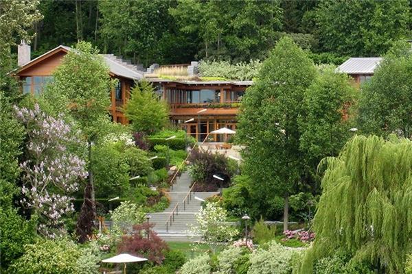Để đảm bảo tính riêng tư, Bill Gates cho trồng rất nhiều cây cối bao quanh ngôi nhà nhằm che chắn mọi hoạt động của mình khỏi những ánh mắt tò mò của hàng xóm và các tay săn ảnh. Nhưng cũng nhờ thế, ngôi nhà của ông luôn được mát mẻ và thơm lừng hoa trái quanh năm.