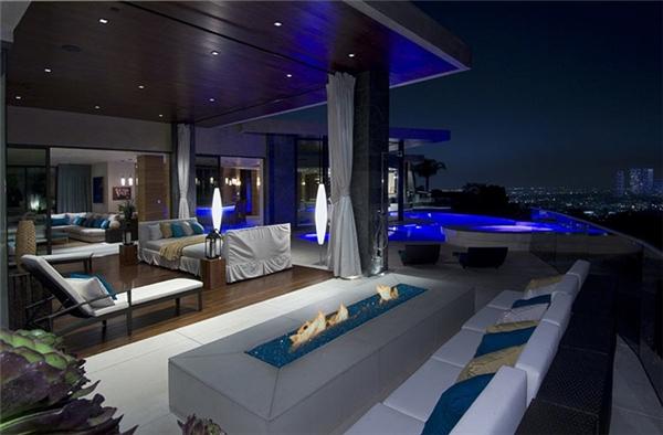 Với diện tích khổng lồ của mình, Xanadu 2.0 chắc chắn thừa sức tổ chức những bữa tiệc hoành tráng nhất trong giới tỷ phú nước Mỹ. Phòng tiếp khách của nó có sức chứa 150 người đối với tiệc ngồi và 200 người với tiệc cocktail.